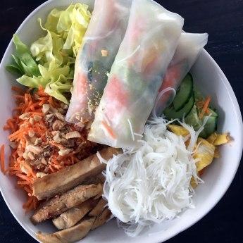 nem avec les ingrédients séparés sous forme de buddha bowl